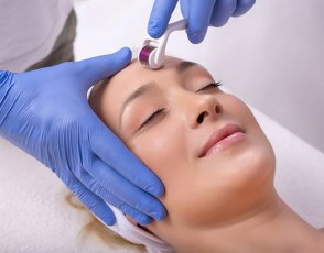 Woman receiving a mesotherapy treatment